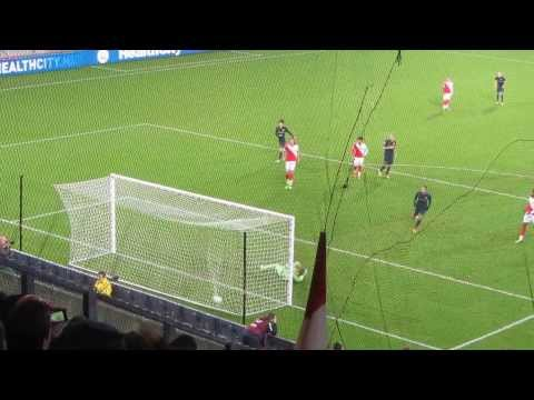 Memphis Depay Neemt Een Penalty Tegen FC Utrecht.