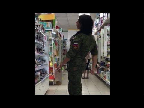 Девушка в форме под кайфом.