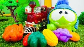 НЯМ Ням развивающее видео с игрушками. Ам Ням ищет еду в поезде. Видео для детей