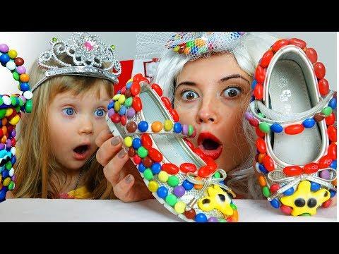 Настя папа и мама играет в продавца сладких подарков для детей
