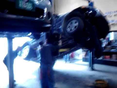 Honda Pilot falls off lift in repair shop - YouTube