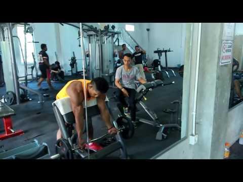 Sahri binaraga Indonesia lagi latihan otot bicep di tempat Fitness jakarta barat One More GYM