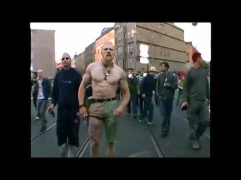 um techno viquingue dança na rua do Rio com corpo surpreendente! LEGAL!