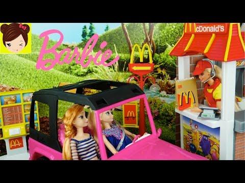 Barbie Trabaja en Mc Donalds Drive-Thru con Bebes Frozen Trolls Villanos + Ladybug