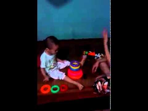 Mẹ dạy bé học đếm và màu sắc