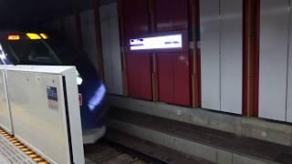 空港第2ビル駅京成線ホームを通過する「スカイライナー」