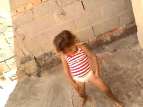 Menina de 3 anos dançando funk.