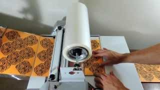 Repeat youtube video Como são feitas as forminhas laminadas (caixetas) na Baroni Fest. Joinville-SC