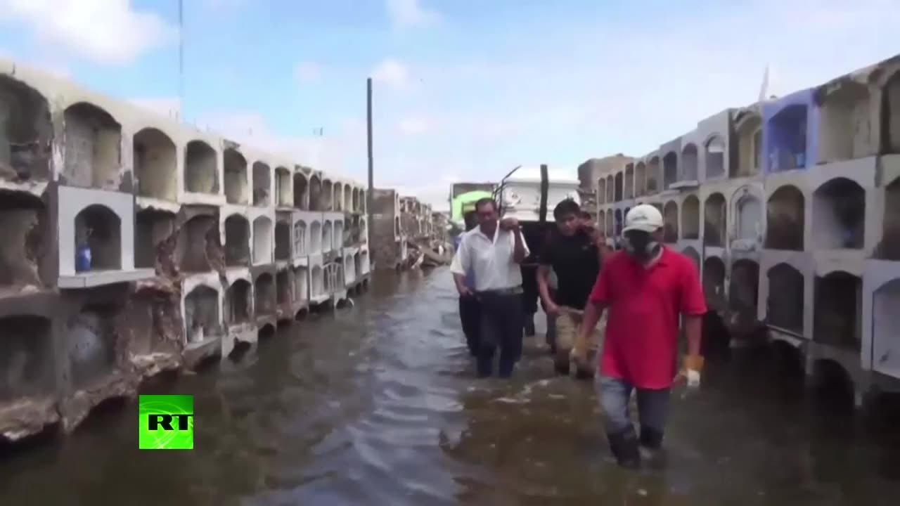 Наводнение размыло кладбища в Перу