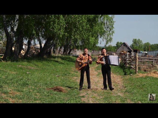 Девушка пиской села на траву видео