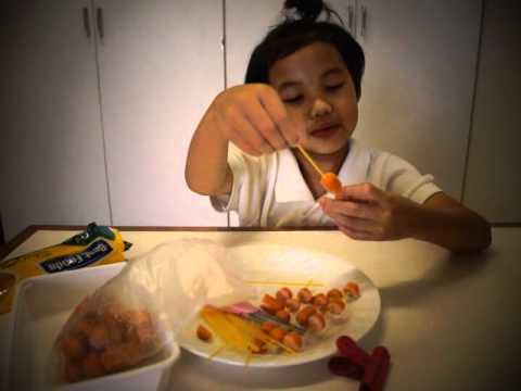 ครูบัวสอนลูกทำมักกะโรนีแมงมุม