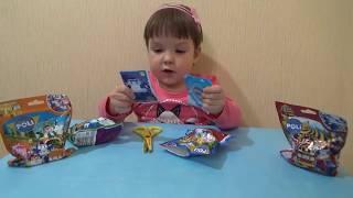 Нелли открывает пакетики с сюрпризом и ищет игрушки из мультика