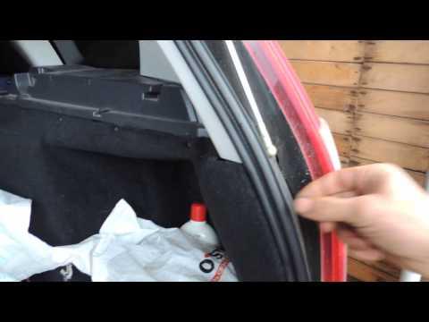 Обработка резиновых уплотнителей дверей автомобиля силиконом