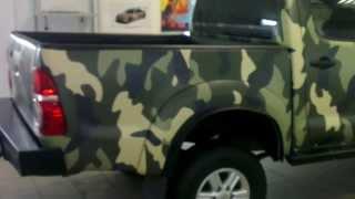 www.zacarbonim.ru Полная оклейка авто Toyota Hilux пленкой под камуфляж.