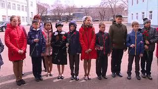 В День космонавтики пятиклассники школы №14 вышли на улицу с цветами