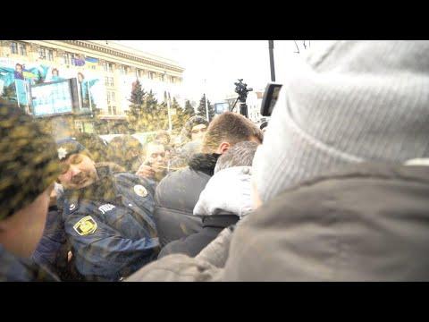 Слезоточивый газ и удары по лицу: в Харькове активисты сорвали митинг пророссийского Лесика