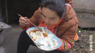 苗大姐包饺子,四五个人都包不出样,吃起来看了吞了吞口水