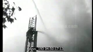 Des pompiers éteignent un incendie - juin 1939