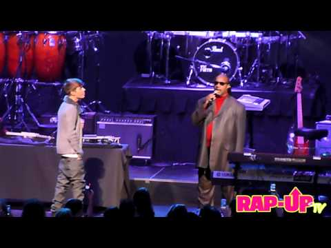 Justin Bieber and Stevie Wonder Perform 'Someday at Christmas'