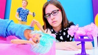 Kuaför oyunu. Ken Barbie'yi degiştirmek istiyor. Barbie oyunları.