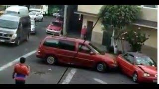 (VIDEO)#LadyChoques: destroza un auto a golpes en Azcapotzalco