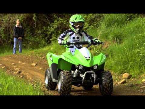 Детский спортивный квадроцикл Kawasaki KFX 50 сочетает простоту, безопасность конструкции и комфортн