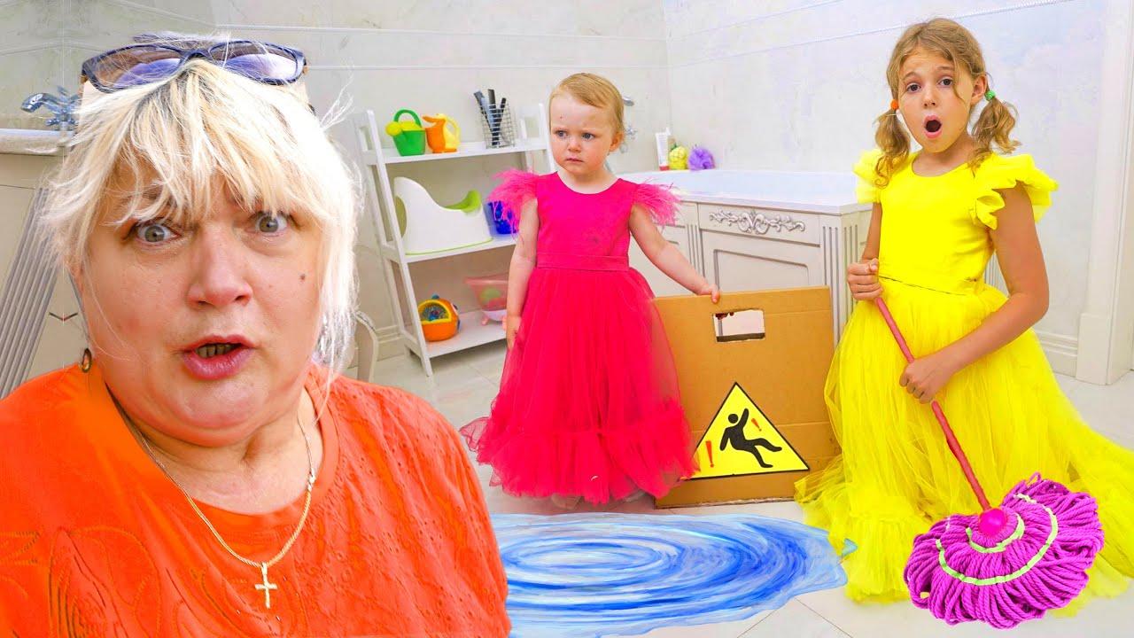 Cinq Enfants jouent avec des jouets gonflables géants