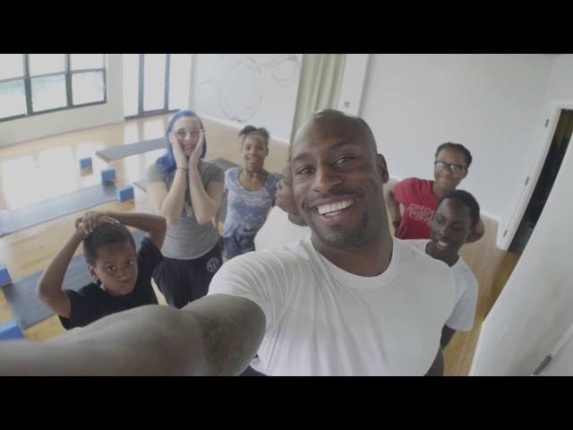 Vernon Davis Explores D.C With The NCCF Cares Youth Program