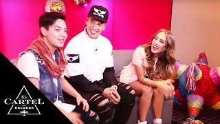 Presentador de Ritmosón se cae en entrevista con Daddy Yankee