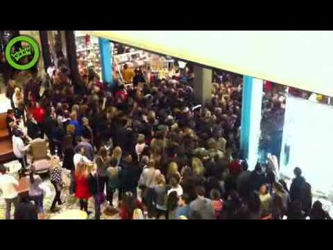 Watch Black Friday At Walmart! Crazy Ladies and guys Fight And Rush The doors