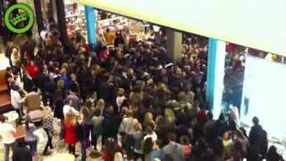 Watch Black Friday Aт Walmart! Crazy Ladies and guys Fight And Rush The doors
