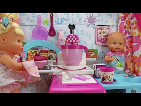 Los hermanitos traviesos juegan a las cocinitas | Las Nenuco van a cocinar