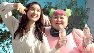 女優の土屋太鳳とお笑いタレントの渡辺直美が、飲料水「い・ろ・は・す...