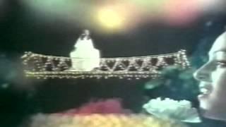 A dreamy duet song set in spacial backdrop from uyirvullavarai usha (super hit of the 80's) starring: t rajendar, nalini singer: s p balasubramaniam, sasir...