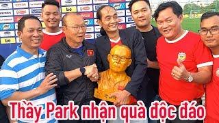 HLV Park Hang Seo nhận tượng từ CĐV Việt Nam - cấm cửa phóng viên Thái Lan
