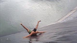 Köpek Balığı Havuzuna Düştü, Sonra Bu Yaşandı...
