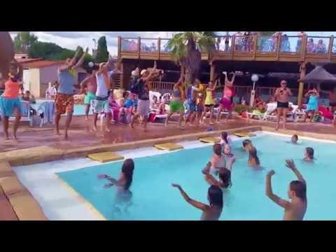 La danse de l'été à la piscine