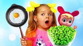डायना एक खिलौना रसोई से खेलती है और नाश्ता तैयार करती है।