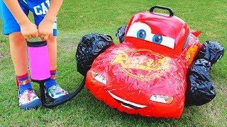 Vlad criança finge brincar com carros de brinquedo quebrados