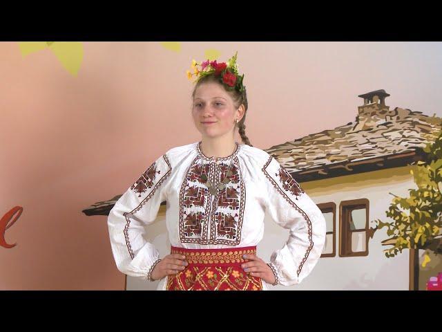 Ева Янакиева - Снощи минах край хорото