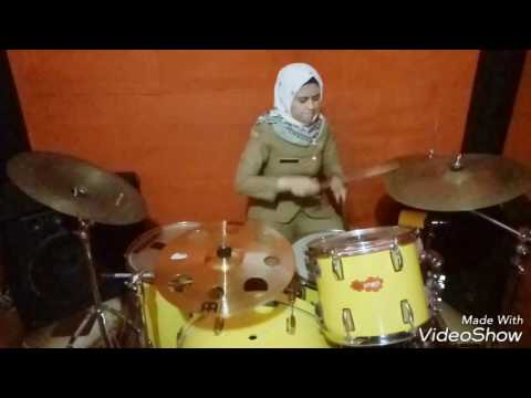 PNS wanita menggebuk drum! Gila!! Master Of Puppets (Metalica).