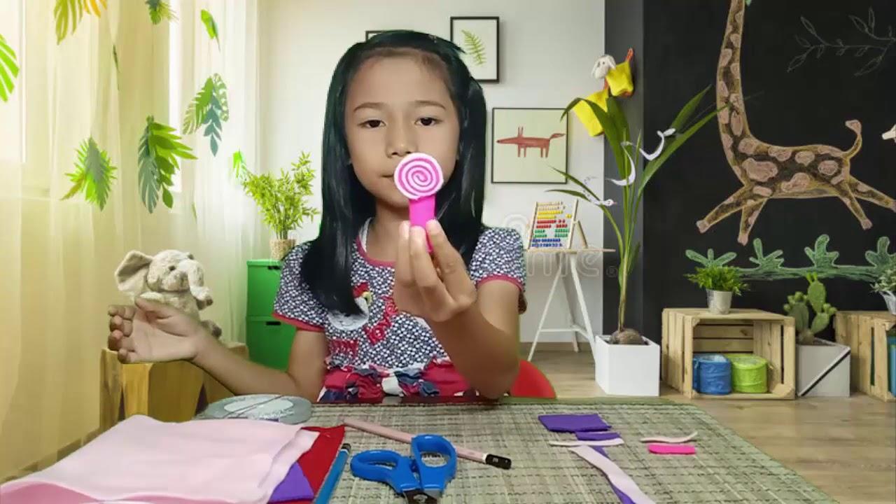 Caca Membuat Hiasan Pensil Bentuk Lolipop dari Kain Flanel