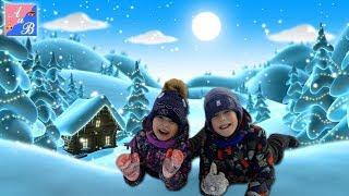 Катаемся с горки в зимнем парке! Играем с папой в снежки! Смешное видео для детей!