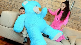 Giant bear and funny Den pretend play - Surprise toy for mom 0+