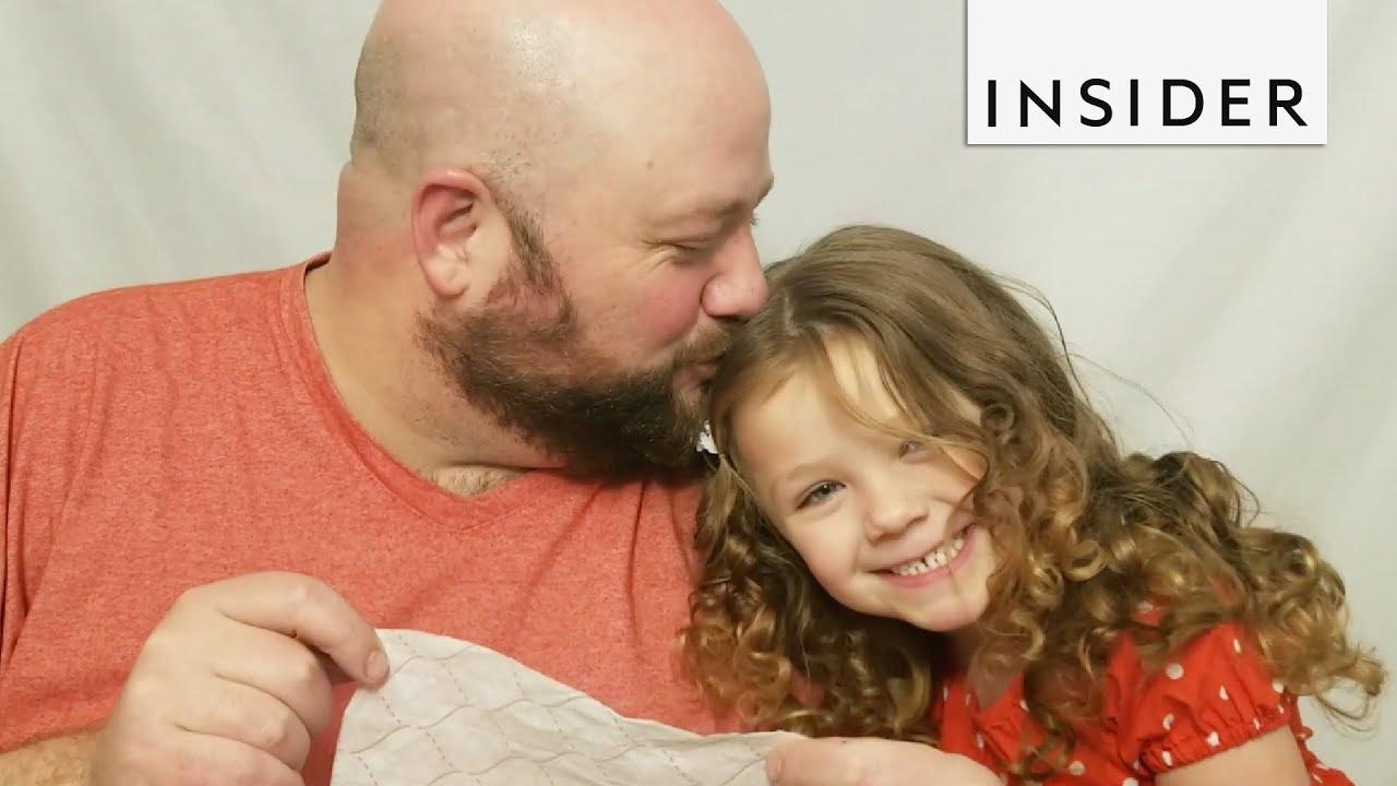 Татко прави туторијали за фризури со неговата ќерка со цел да ги подучи другите родители