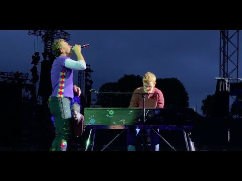 Chris Martin and a fan perform Everglow in Munich Mp3