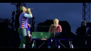 Download Chris Martin and a fan perform Everglow in Munich