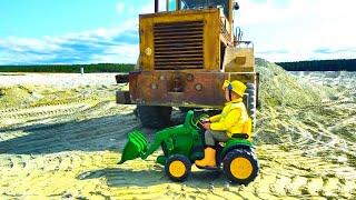 يساعد Senya في استخراج جرار عالق في الرمال