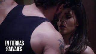 En Tierras Salvajes   Daniel trata de besar a Isabel, pero ella escapa