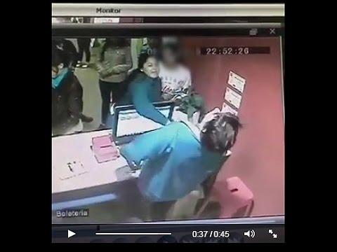 Una madre golpeó a una boletera en un cine por no dejar entrar a un menor